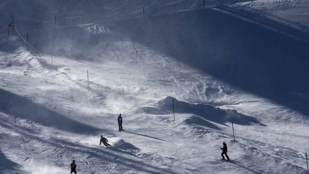 Auf Skipisten und in gesicherten Gebieten ist die Zahl der Lawinenopfer in der Schweiz in den letzten 80 Jahren markant zurückgegangen. Weiterhin hoch bleibt die Opferzahl im freien Gelände. (Symbolbild)