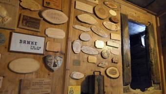 Der Bundesrat verzichtet auf eine Gedenkfeier zum 600. Jahrestag der Geburt von Niklaus von Flüe. Im Bild: Holzplaketten mit Danksagungen in der Bruder-Klaus-Pilgerstätte im Tal von Flüeli-Ranft. (Archvbild)