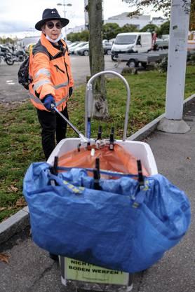 Damit sie keine eigenen Bebbi-Säcke verschwenden müssen: Die orangen Abfallsäcke haben die beiden Pensionäre vom Tiefbauamt erhalten...