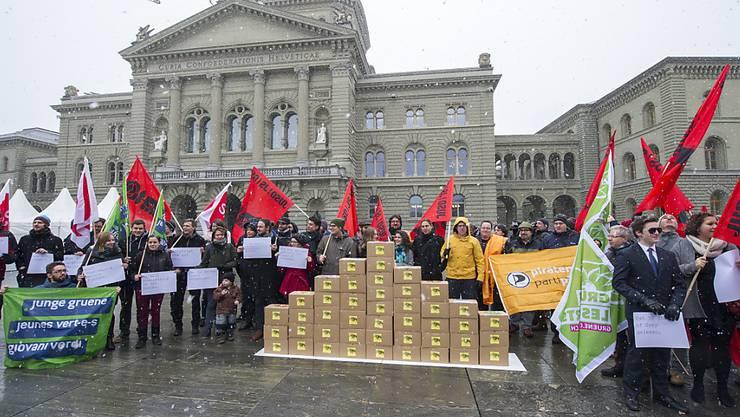 """Das """"Bündnis gegen den Schnüffelstaat"""" bei der Einreichung der Unterschriften gegen das neue Nachrichtendienstgesetz. (Archiv)"""