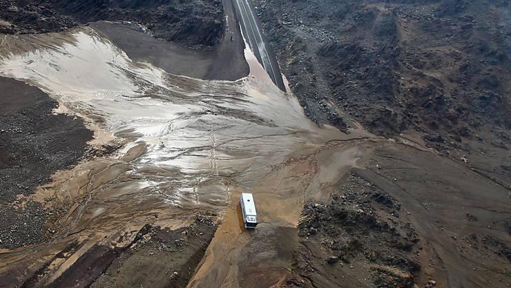 Die Verbundungsstrasse zwischen Antofagasta und Tocopilla nördlich von Santiago de Chile ist von Schlammmassen bedeckt und nicht mehr befahrbar.