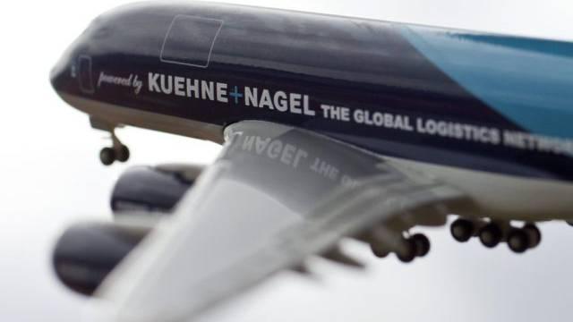 Das Logo von Kuehne+Nagel auf einem Model eines Airbus A380