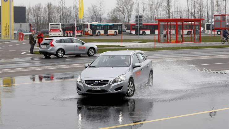 Üben, wie man auf nasser Strecke fährt: Möglich beim TCS-Verkehrssicherheitszentrum Derendingen.