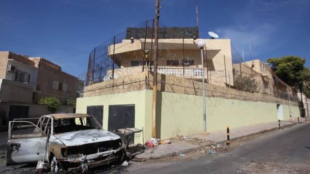 Ausgebranntes Auto vor der russischen Botschaft in Tripolis