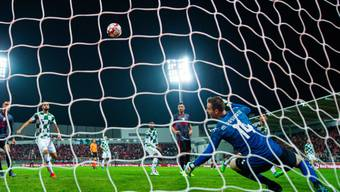 Haris Seferovic (links neben dem Torhüter) sieht seinen Kopfball ins Tor fliegen.