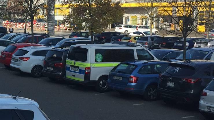 Kantonspolizei Aargau vor dem Medienhaus von CH Media / AZ Medien in Aarau.