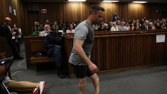 Oscar Pistorius legte unter Tränen seine Prothesen ab und lief auf seinen Beinstümpfen durch den Gerichtssaal.