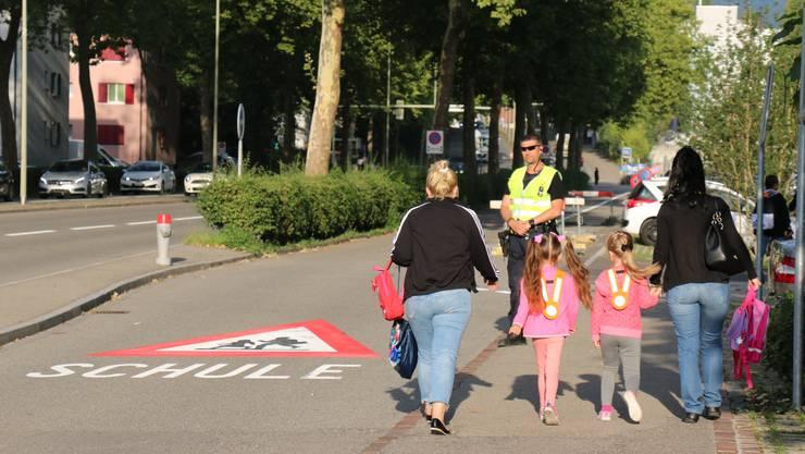 Paradebeispiel: Eltern begleiten Kinder zu Fuss zur Schule.
