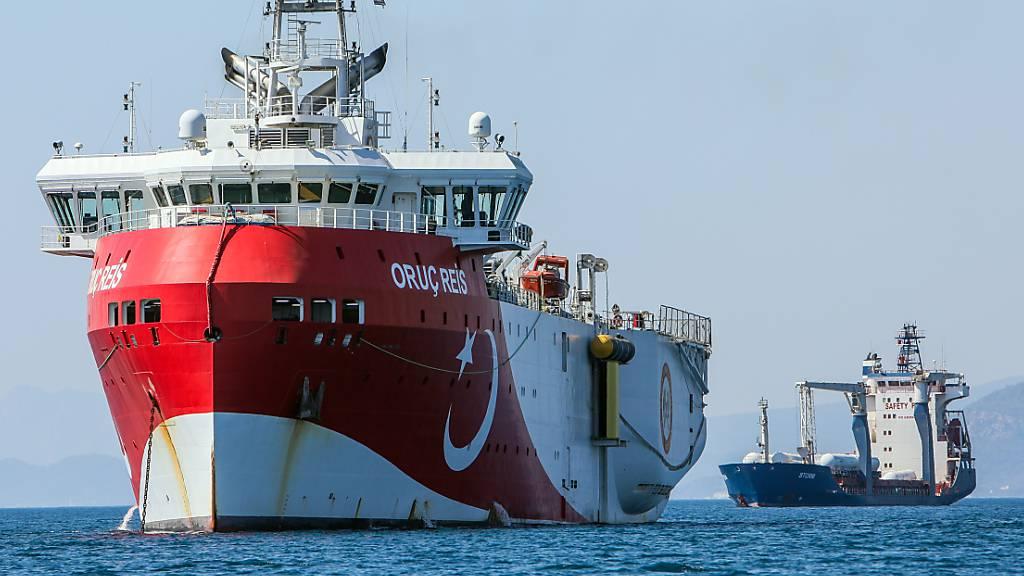 ARCHIV - Das türkische Forschungsschiff «Oruc Reis» ankert vor der Küste. Die Türkei steht vor allem wegen umstrittener Erdgaserkundungen in Seegebieten vor Zypern und in der Nähe griechischer Inseln in der Kritik. Foto: Ibrahim Laleli/DHA/AP/dpa/Archiv