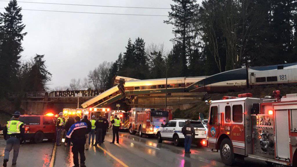 Der Zug war südlich der Stadt Seattle entgleist und teilweise auf eine Autobahn gestürzt.
