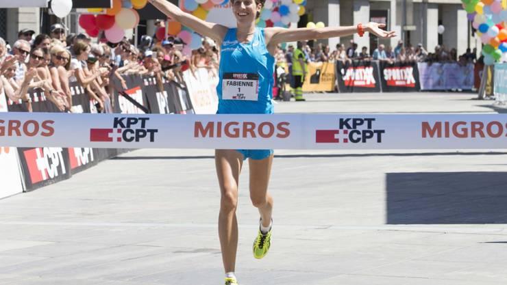 Fabienne Schlumpf überquert beim Frauenlauf in Bern die Ziellinie als Siegerin