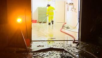 Starke Regenfälle sorgen in der Schweiz erneut für Überschwemmungen. So wie diese Bilder aus Ehrendingen AG zeigen.