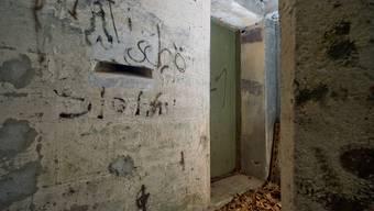 Die Tür am Waldrand. Einst wurde diese schwere Türe in Densbüren gebaut, um die Männer im Innern zu schützen. Später probierte die Dorfjugend vergeblich, sie aufzubrechen. Und noch heute wird das Dahinter heftig verteidigt.