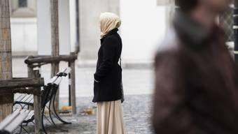 Eine junge Frau mit einem Kopftuch (Archiv)