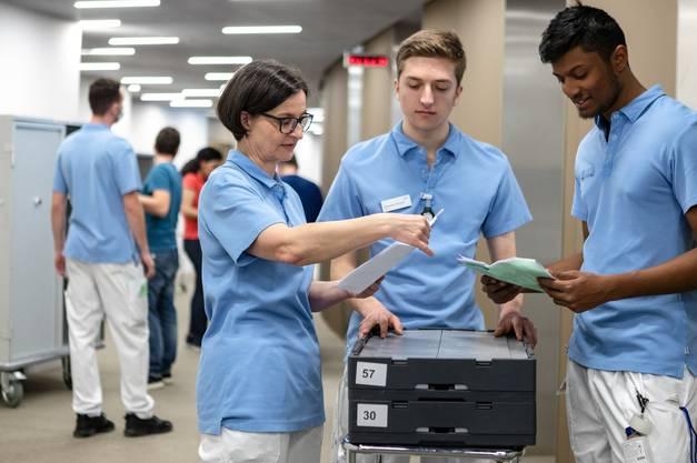 Pflegedienstleiterin Monika Berger koordiniert den Patienten-Umzug.