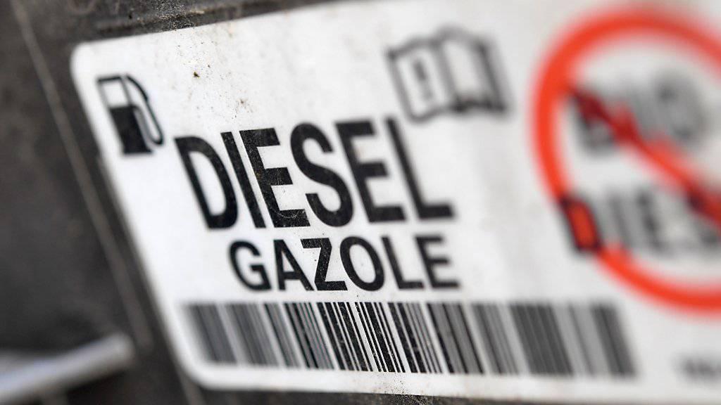 Die Umrüstung der Diesel-Fahrzeuge dürfte den Auto-Bauern nicht so teuer zu stehen kommen wie zunächst befürchtet: Die Firmen dürfen die Update-Kosten von den Steuern abziehen. (Themenbild)