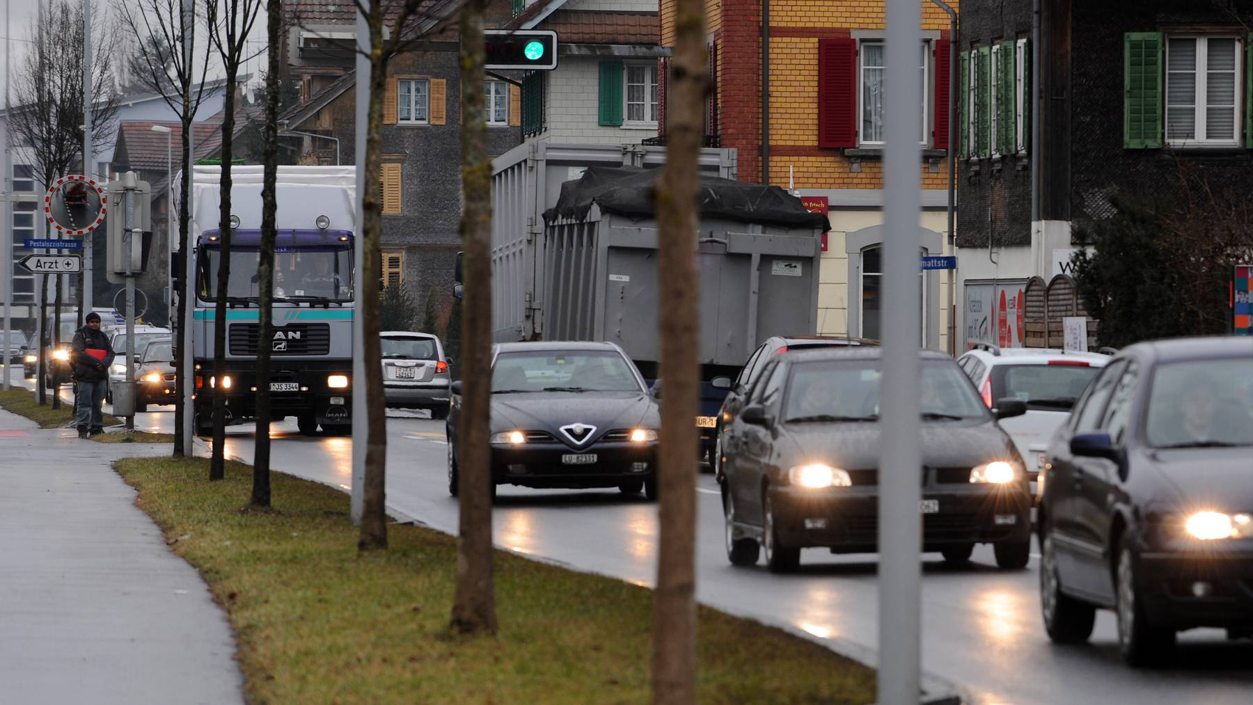 Der Gemeinderat Emmen will sich für eine Umfahrung Emmen-Dorf einsetzen, und den Lastwagenverkehr beschränken. Verkehrsimpressionen von der Seetalstrasse, Emmen Dorf, am 23. Januar 2009.