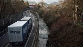 Die A22 ist dort, wo sie auf Stelzen über der Ergolz verläuft, in einem maroden Zustand. Das ist vor allem für Lastwagen eine Gefahr.
