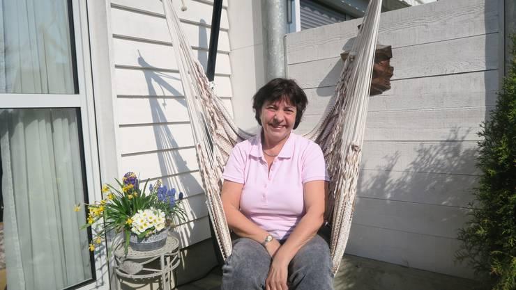 Der Lieblingssessel in der Sonne: Esther Hauser in ihrem Garten.