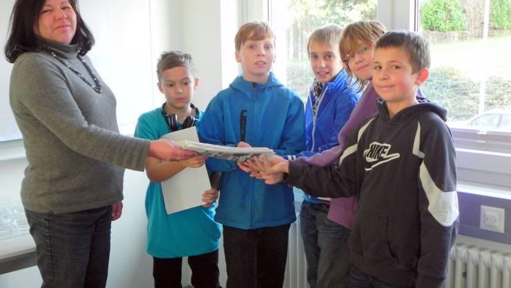 Jugendbeauftragte Andrea Köbeli erhält den Antrag von Flavio Lottenbach, Marc Schmidt, Leon Goodall, Noah Mayer und Simon Bissig (v. l.).