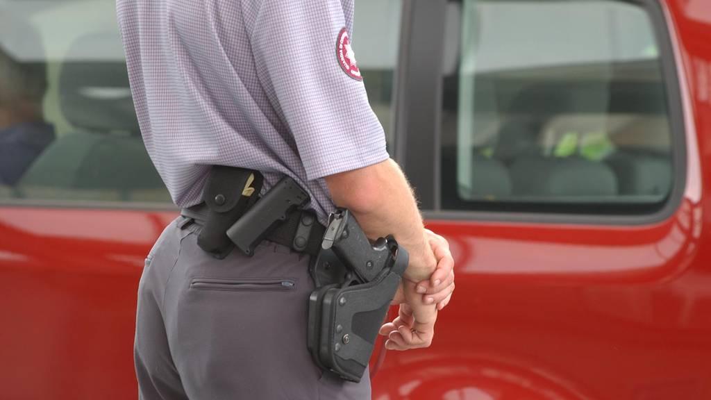Ein Grenzwächter trägt seine Pistole während einem Einsatz.