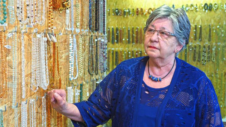Rita Strub gibt ihren Laden altershalber auf. Die Steinketten auf dem Foto hat sie alle selber aufgezogen.