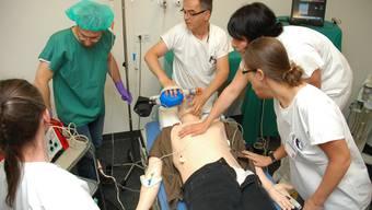 Notfallübung im Simulationszentrum des Universitätsspital Zürich mit einer programmierten Puppe.