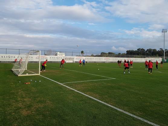 Almeida kurz vor der Schussabgabe, Goalie Nikolic ist bereit