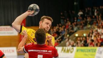 Michal Tonar (v.) und der TV Endingen unterliegen auswärts den Kadetten Schaffhausen mit 24:30.