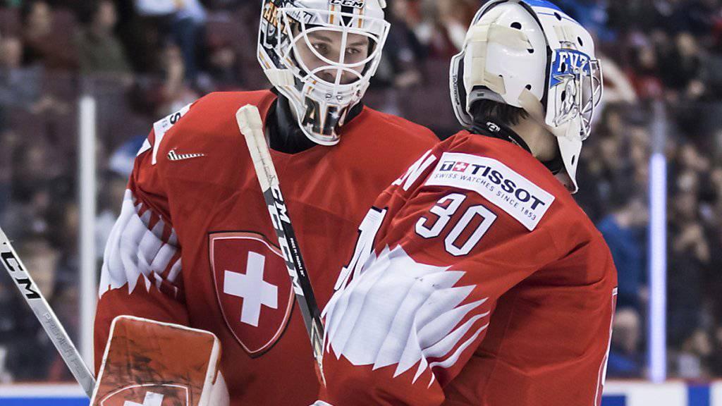 Der Schweizer Torhüter Luca Hollenstein (rechts) erlebte einen Abend zum Vergessen und wurde bereits in der 8. Minute durch Akira Schmid ersetzt