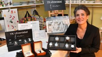 Yasmine Künzler mit Exemplaren ihres Labels YK.