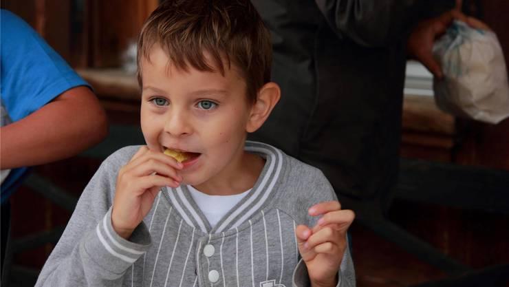 Pommes Chips essen.