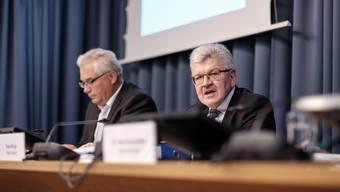 Finanzdirektor Roland Brogli erläutert vor  Journalisten das Budget 2016 und die zugehörigen Massnahmen. Neben ihm Regierungssprecher Peter Buri.
