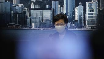 Hongkongs Regierungschefin Carrie Lam hat die für September geplante Parlamentswahl verschoben. Foto: Kin Cheung/AP/dpa