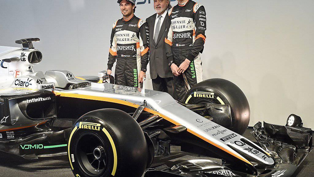 Ein Bild aus besseren Tagen: Force-India-Chef Vijay Mallya (Mitte) bei der Teamvorstellung im Februar flankiert von Sergio Perez (links) und Esteban Ocon (rechts)