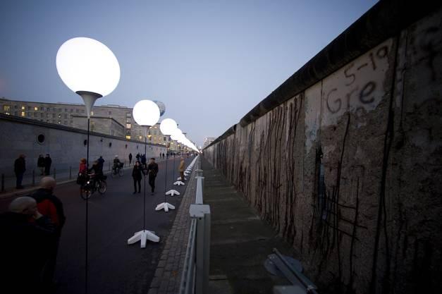 Ballone wurde entlang der ehemaligen Mauer aufgestellt