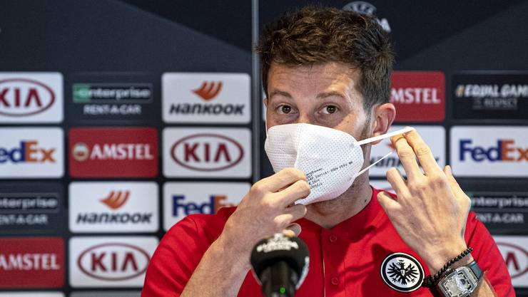 Unter der Maske erscheint gleich ein Lachen. David Abraham ist bei seiner Rückkehr nach Basel gut gelaunt.