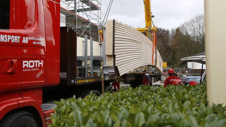 Der Lastwagen bringt seine Last unter engsten Platzverhältnissen zum Brückenkopf