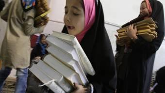 Diese iranischen Mädchen gehen zur Schule - andere werden schon sehr früh verheiratet. Das kritisiert die UNO. (Symbolbild)