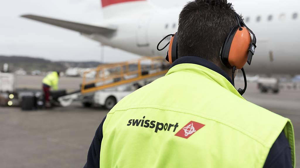 Der Flughafendienstleister Swissport will bei seinen rund 2'500 Angestellten am Flughafen Zürich die Löhne senken. Damit reagiert der Bodenabfertiger auf die Forderungen der Fluggesellschaften, vor allem der Swiss, nach günstigeren Preisen. (Archivbild)