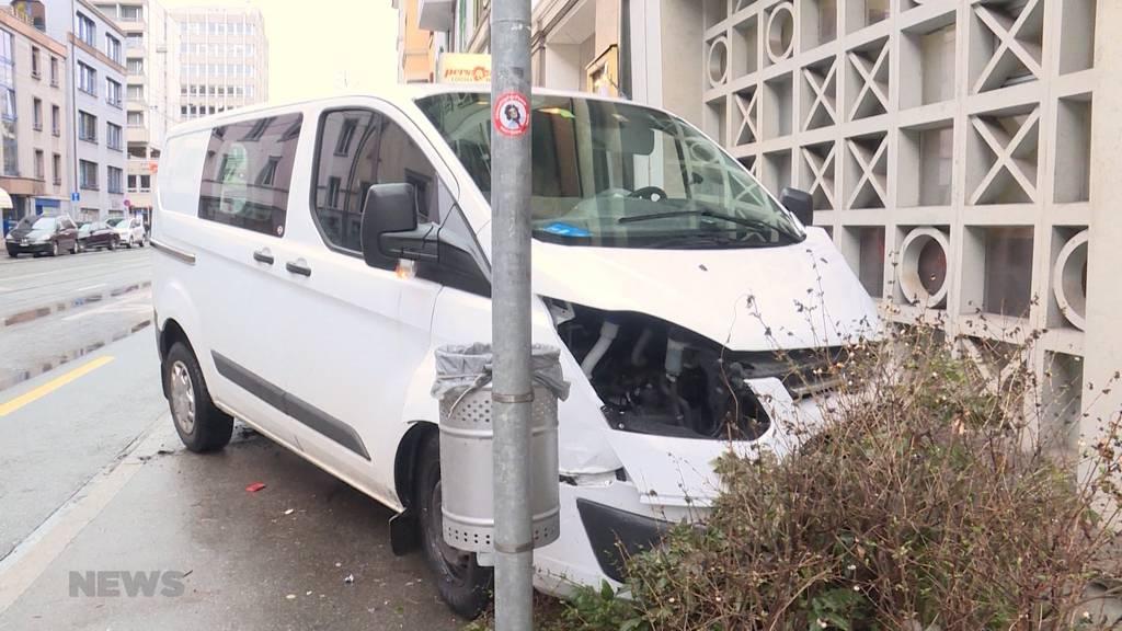 Schwerer Unfall: Lieferwagen in Hauswand geprallt