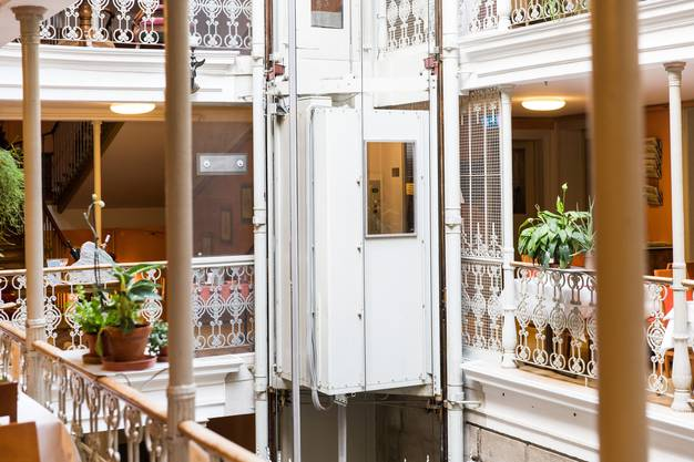 Beim Lift im Atrium Hotel Blume in Badenhandelt es sich doch nicht um den legendären Schindler-Lift Nr. 2 – entgegen Behauptungen in Zeitungen, Reiseführern und auf der Webseite des Hotels.