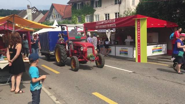 Die Oldtimer-Traktoren-Parade durch das Rebblüetefäscht-Festgelände