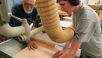 Lehrling und Lehrmeister in einer Schreinerei (Archiv)