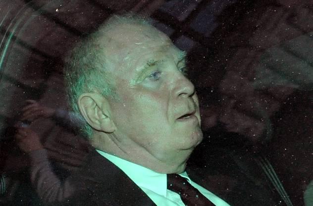 Uli Hoeness wird im Zivil-Fahrzeug der Polizei vorgefahren