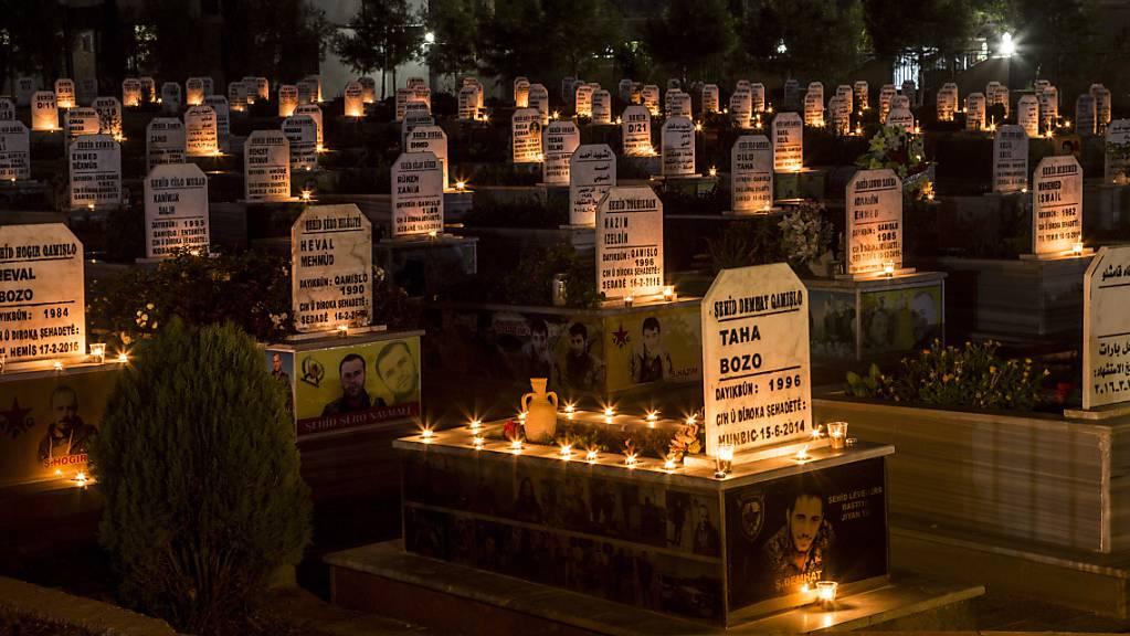 Kerzen stehen auf den Gräbern von Menschen, die während des Krieges in Syrien getötet wurden. Zehntausende Menschen sind in Syrien seit Beginn des Bürgerkriegs vor zehn Jahren einem UN-Bericht zufolge willkürlich festgenommen worden und noch immer verschwunden. Foto: Baderkhan Ahmad/AP/dpa