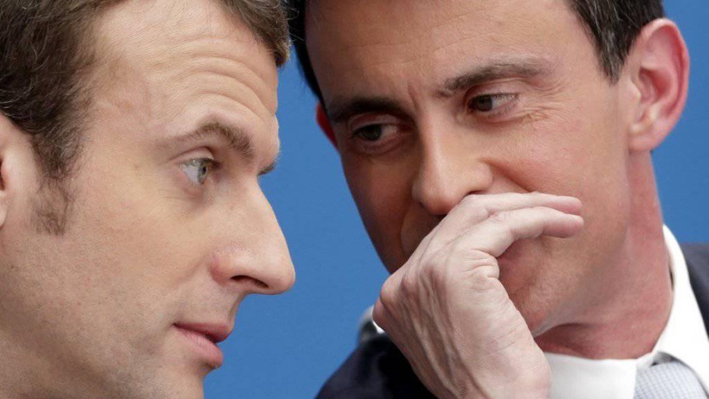 Der frühere französische Regierungschef Manuel Valls (r.) wollte ursprünglich selbst bei der Präsidentschaftswahl antreten - nun unterstützt er den unabhängigen Kandidaten Emmanuel Macron (l.). (Archiv)