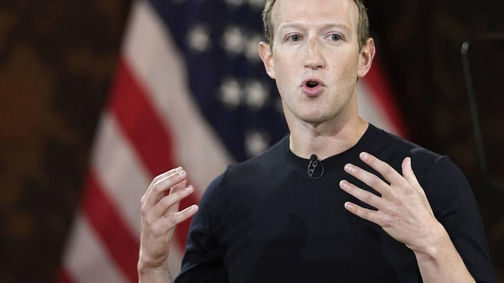ARCHIV - Facebook-Chef Mark Zuckerberg teilte mit, dass seine Plattformen den scheidenden US-Präsidenten D. Trump bis auf Weiteres sperren. Foto: Nick Wass/AP/dpa
