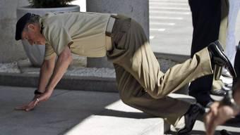 Auf die Nase gefallen: König Juan Carlos bei einem Militär-Besuch