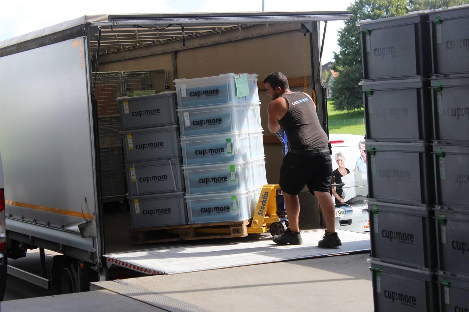 Die Kisten werden für den Transport geladen. (Bild: FM1Today/Lara Abderhalden)